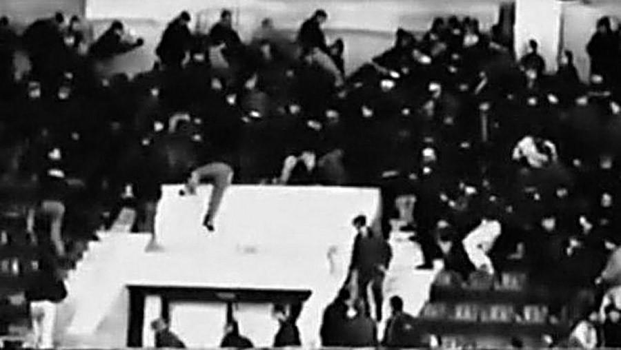 """Трагедија после хокејашке утакмице у дворани """"Сокольники"""" (Пометња због жвака)."""