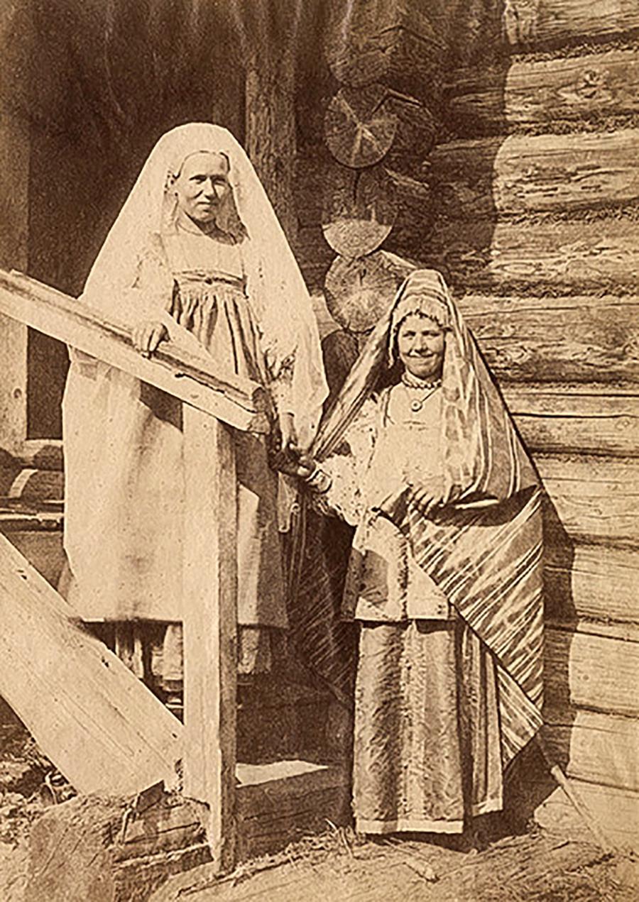 祭りの衣装を着た少女と既婚女性