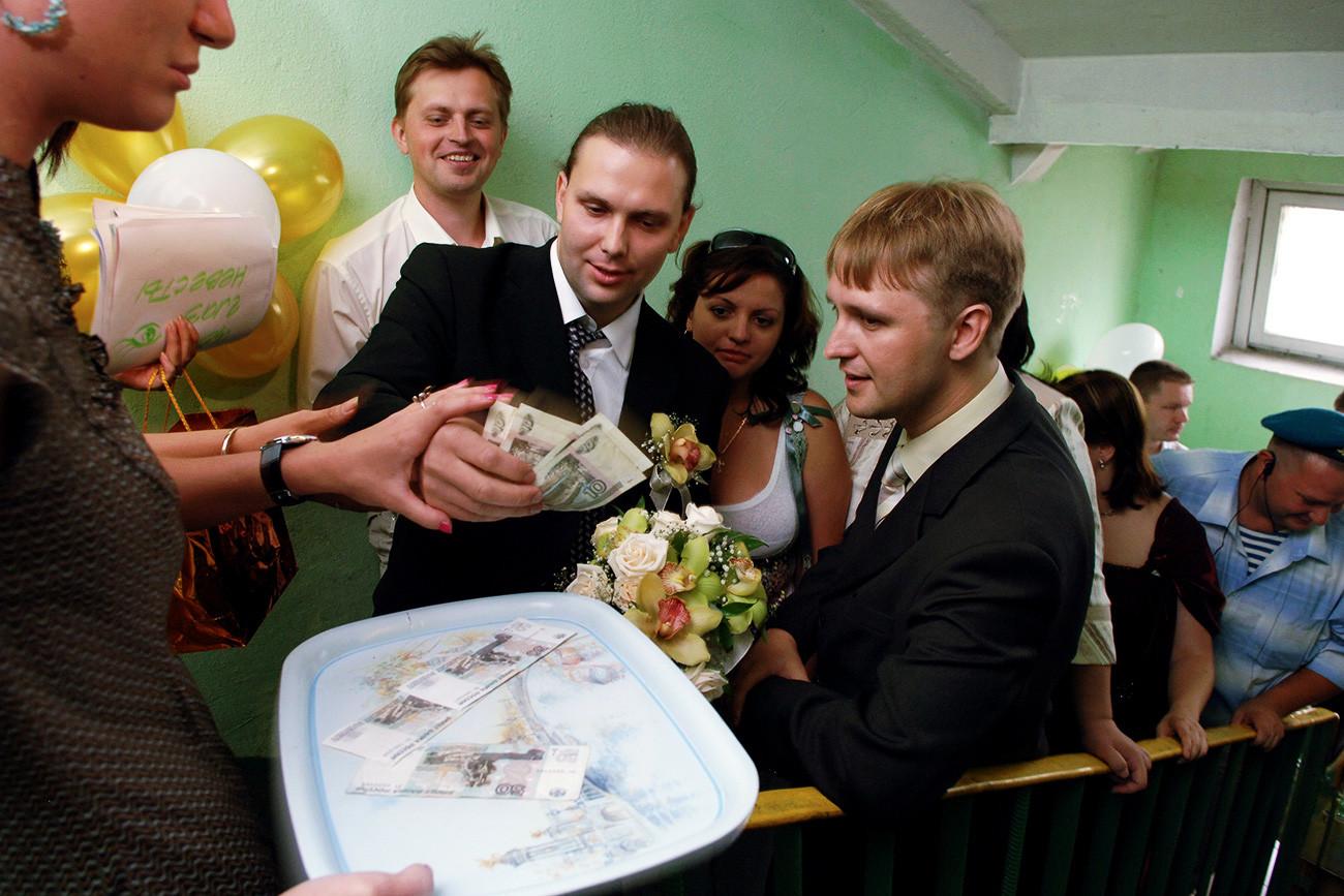 Pengantin laki-laki dan teman-temannya membayar harga pengantin perempuan yang diculik.