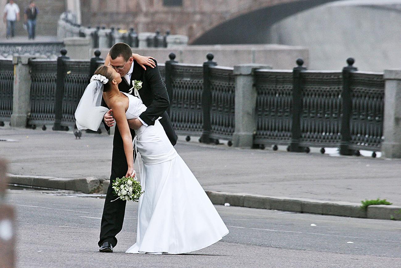 Ciuman pengantin baru.