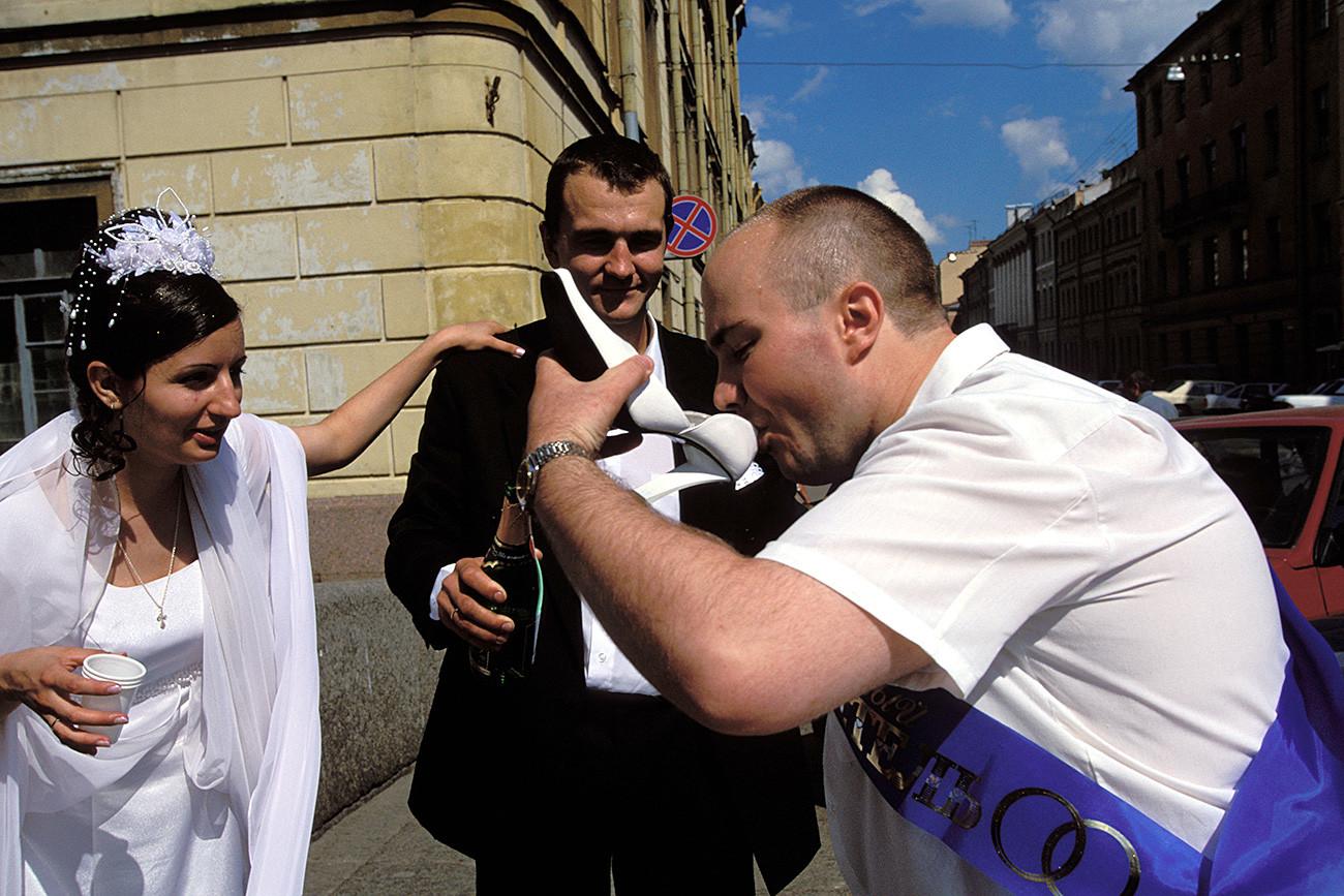 Dalam tradisi pernikahan Sankt Peterburg, pendamping mempelai pria harus minum dari sepatu pengantin perempuan.