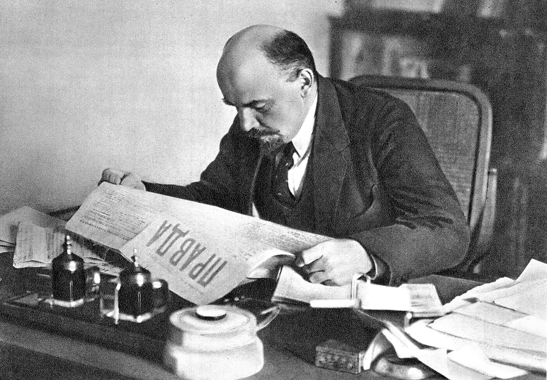 Lenin lee el diario 'Pravda'.