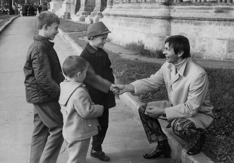 Hokejaški centar kanadskog kluba Stanislav Mikita razgovara s trojicom dječaka na Crvenom trgu i u ruci za svaki slučaj drži žvakaće gume.
