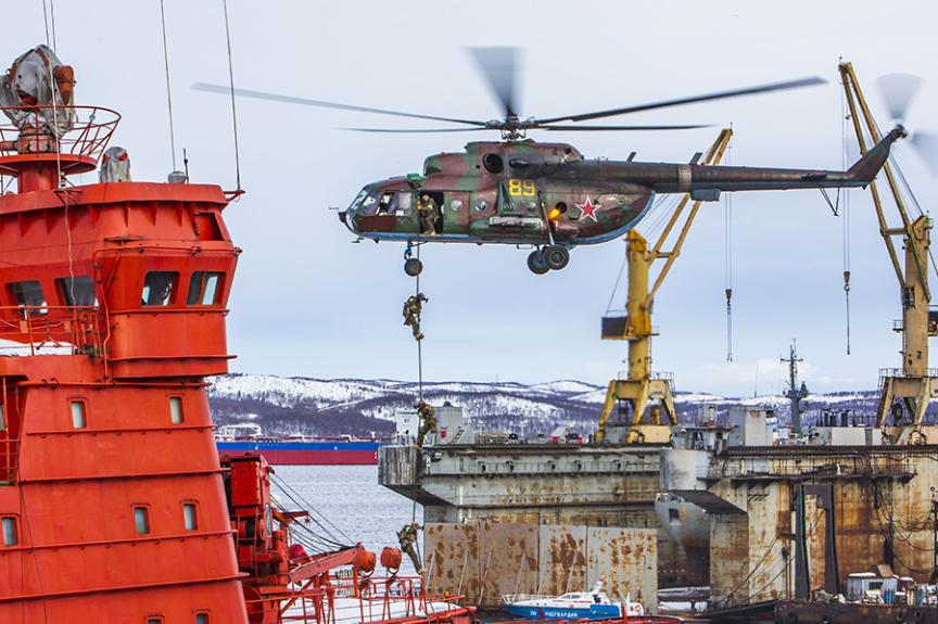Ladjo preletava helikopter Mi-171.