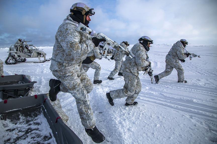 Na taktičnih vaja v gorah je skupina uporabljala vojaška vozila za premikanje po snegu Pečeneg, oborožena z mitraljezom Kalašnikov.