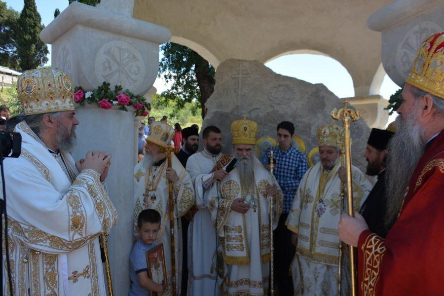 Са освећења споменика царској породици Романов у манастиру Дајбабе
