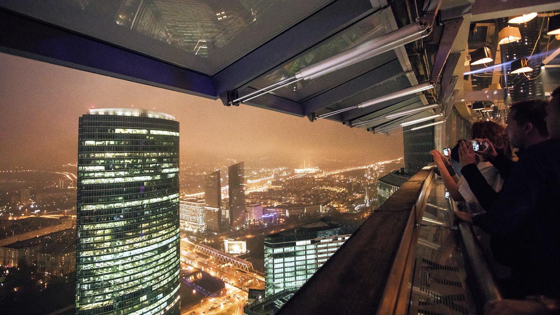 """Панорама ноћне Москве с једне од кула бизнис центра """"Москва Сити"""""""
