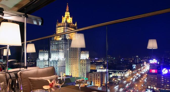 """Поглед на зграду Министарства спољних послова, једну од """"Стаљинових седам сестара"""", из ресторана White rabbit"""