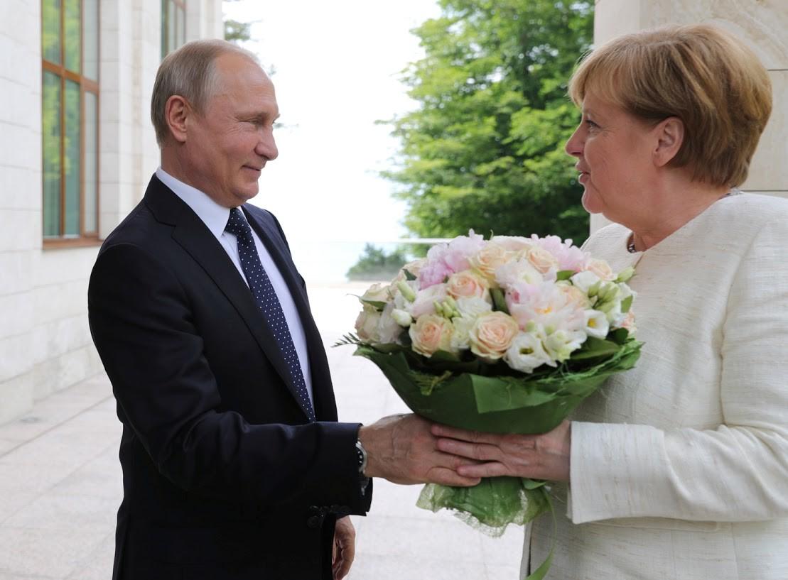 Der Moment, der Entrüstung verursachte: Die Bild-Zeitung schrieb, dass Putin habe Merkel