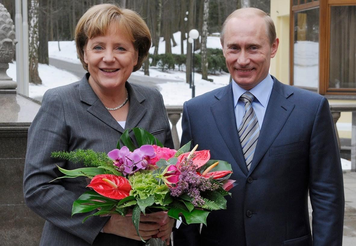 Aber vor einem Jahrzehnt traf sich Putin mit Merkel am selben Ort. Und auch da überreichte er ihr einen Blumenstrauß. Warum störte sich damals noch niemand daran?