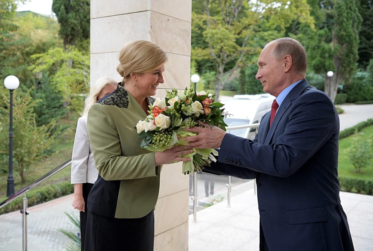 Auch die kroatische Präsidentin Kolinda Crabar-Kitarovic erhielt von dem russischen Präsidenten in Sotschi 2017 Blumen. Auch sie sorgte damit nicht für Schlagzeilen.