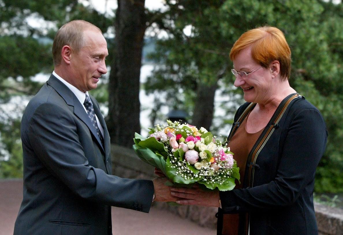 Auch als die finnische Präsidentin Tarja Halonen im Jahr 2005 einen Strauß von Putin erhielt, hatte niemand etwas dazu zu sagen.