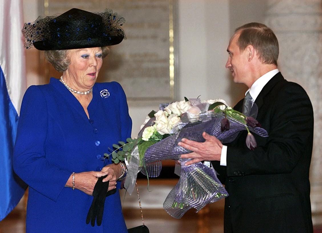 Als Königin Beatrix von den Niederlanden im Jahr 2001 im Kreml eine Blumen-Dusche bekam, schlug das weniger Wellen als der eine Strauß für Merkel zuletzt.