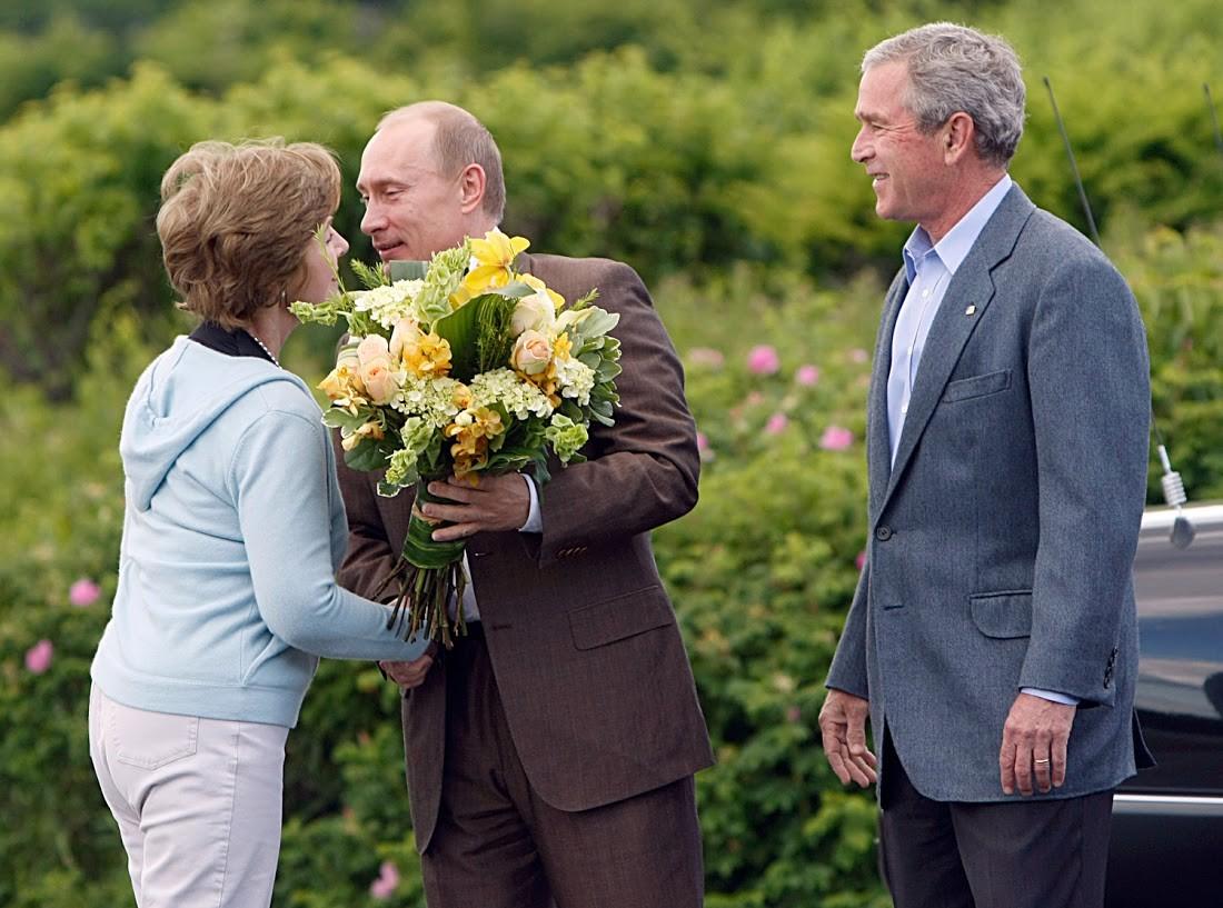 Die Frau von George Bush Jr., Laura, bekam 2007 Blumen von Putin in den USA.