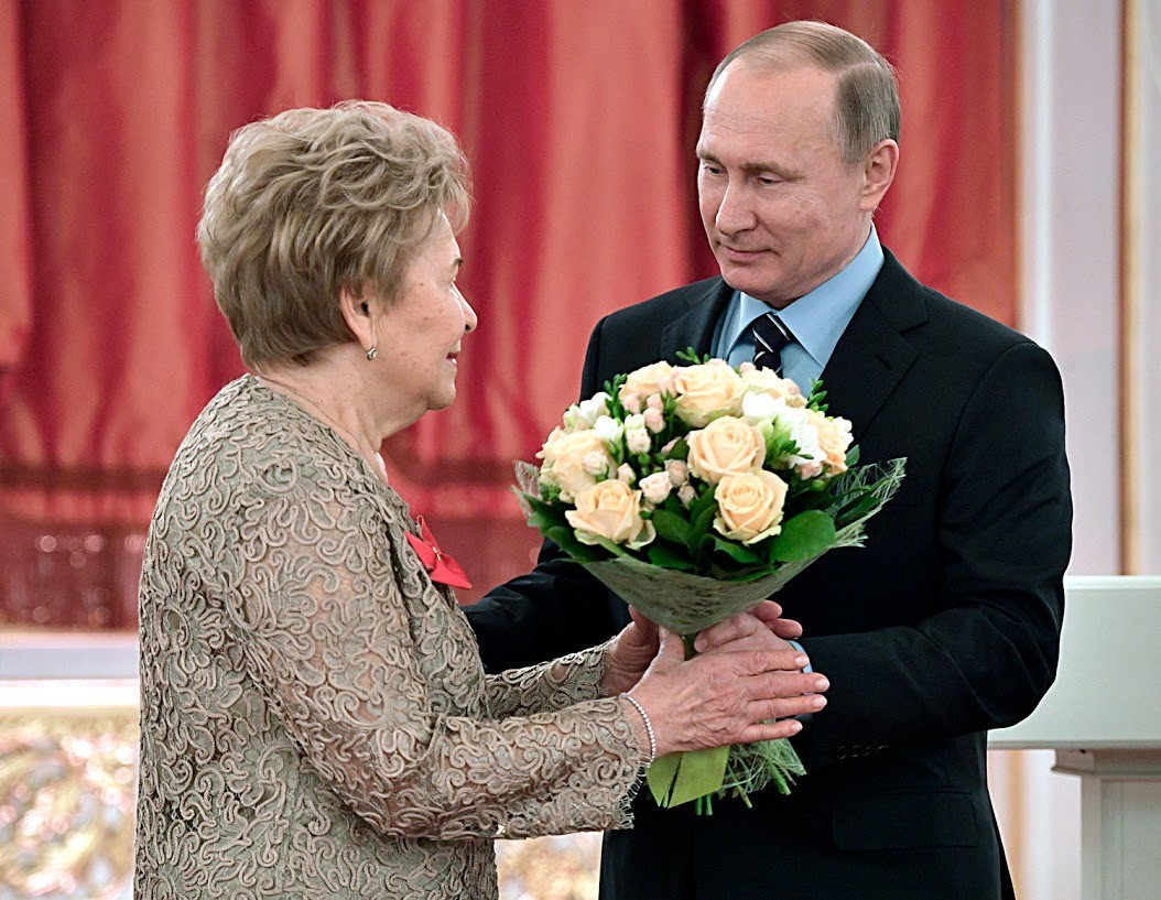 Die ehemalige First Lady von Russland, Naina Jelzin, wurde ebenfalls von Putin mit einem Blumenstrauß begrüßt.
