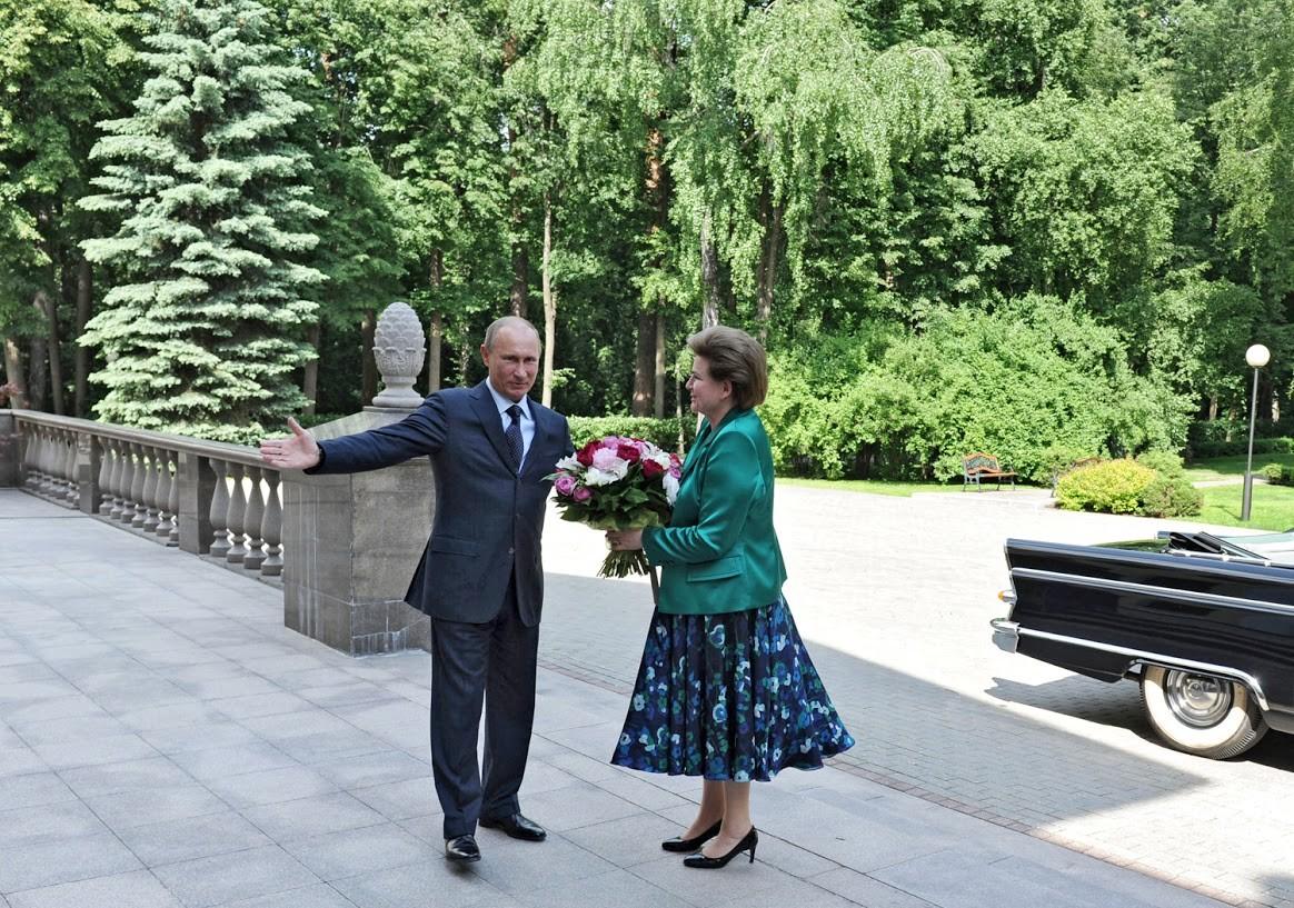 Die erste Frau im Weltraum, Valentina Tereschkowa, erhielt von Putin Blumen zum 50. Jahrestag ihrer Meilenstein-Mission.