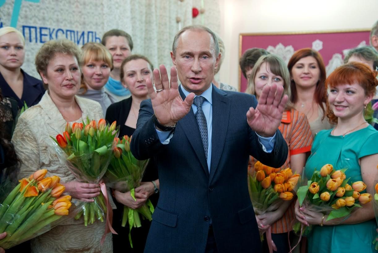 Es scheint, dass Putin es wirklich genießt, den Frauen Blumen zu schenken, besonders am 8. März jedes Jahres: Denn da ist Internationaler Frauentag. In diesem Fall wurden sie 2013 von Textilfabrikarbeitern empfangen.
