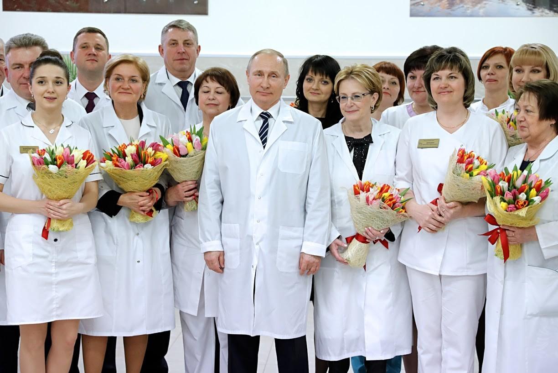 Hier, am 8. März 2017, gratulierte Putin Ärztinnen in einem neuen Geburtshaus.