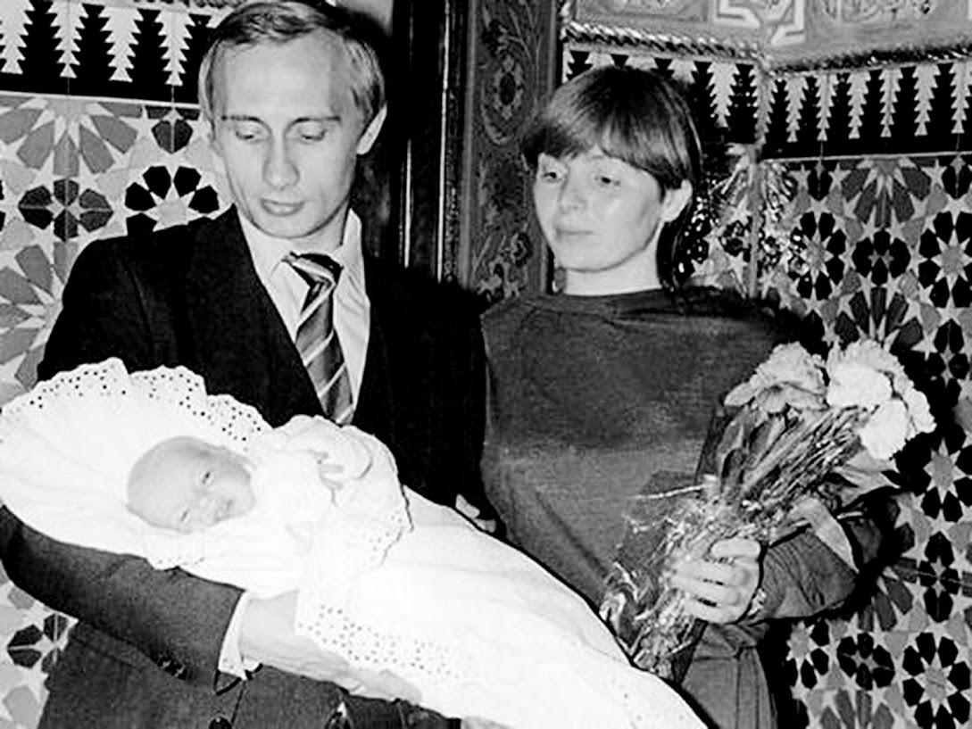 Und auf diesem Foto hält seine ehemalige Frau Ljudmila einen Blumenstrauß von Putin in den Händen, während er eine ihrer kürzlich geborenen Töchter - Maria oder Jekaterina - im Arm hält. Sie wurden beide Mitte der 1980er Jahre geboren.