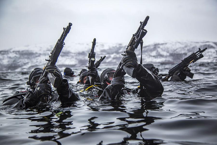 Miembros de la Guardia Nacional de Rusia operando bajo el agua antes de asaltar el buque.