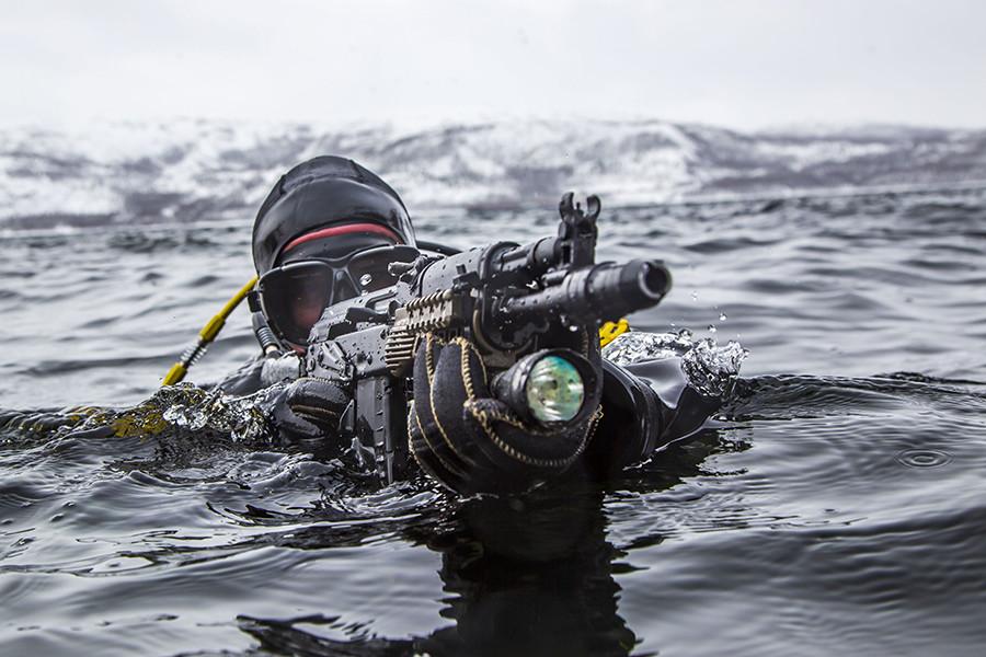 El grupo táctico estaba armado con las últimas armas de fuego del país, incluyendo algunas capaces de disparar bajo el agua.