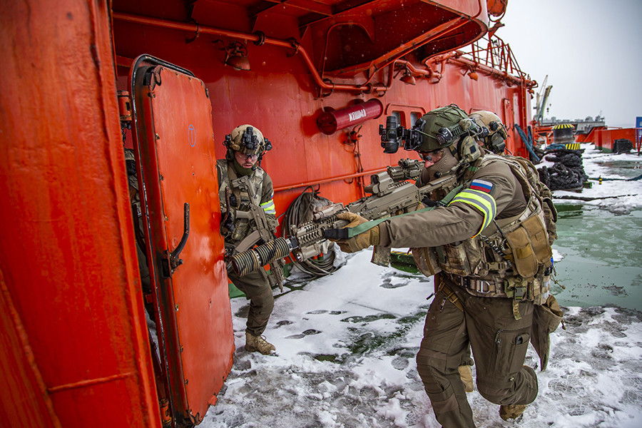 Miembros de la Universidad de las Fuerzas Especiales Rusas asaltan el barco.
