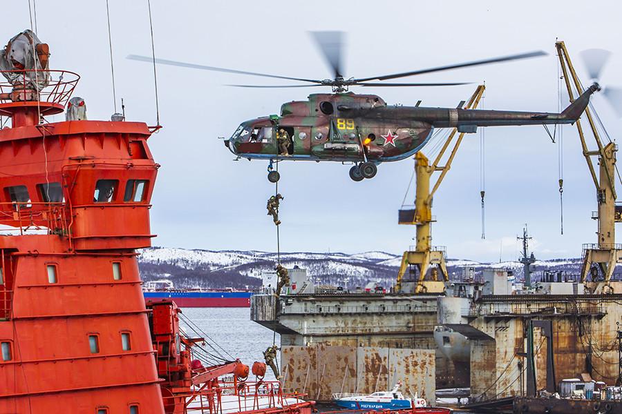 Descenso de tropas, desde un helicóptero Mi-171, en la cubierta del rompehielos nuclear 'Sovetski Soyuz' (la Unión Soviética).