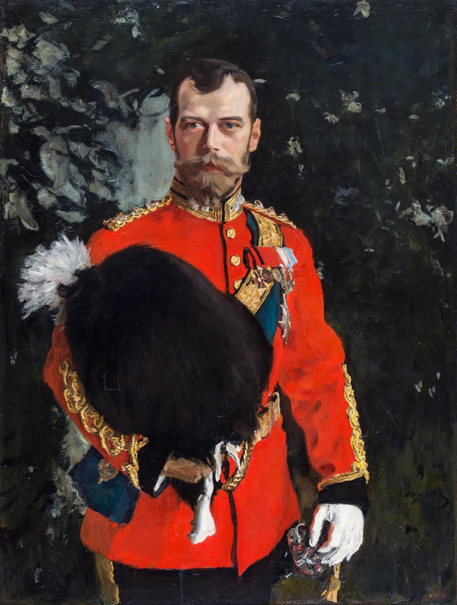Retrato de Nicolás II, coronel en jefe de los Royal Scots Greys, 1902, obra de Valentín Serov. El emperador es vestido con uniforme completo como coronel en jefe de los 2dos Dragones (los Royal Scots Greys).