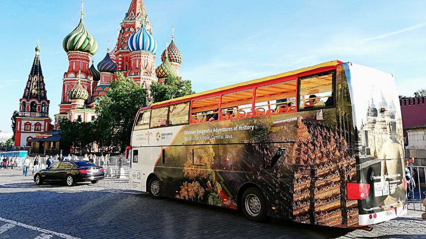 Bus wisata 'Wonderful Indonesia' di Lapangan Merah, Moskow, Rusia.