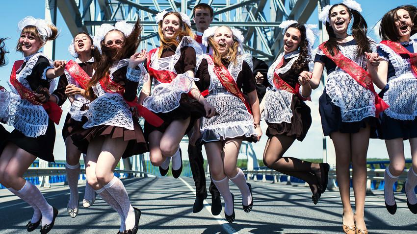 """Formandos durante a celebração do """"Último Sino"""" na cidade de Tara, na região de Omsk."""