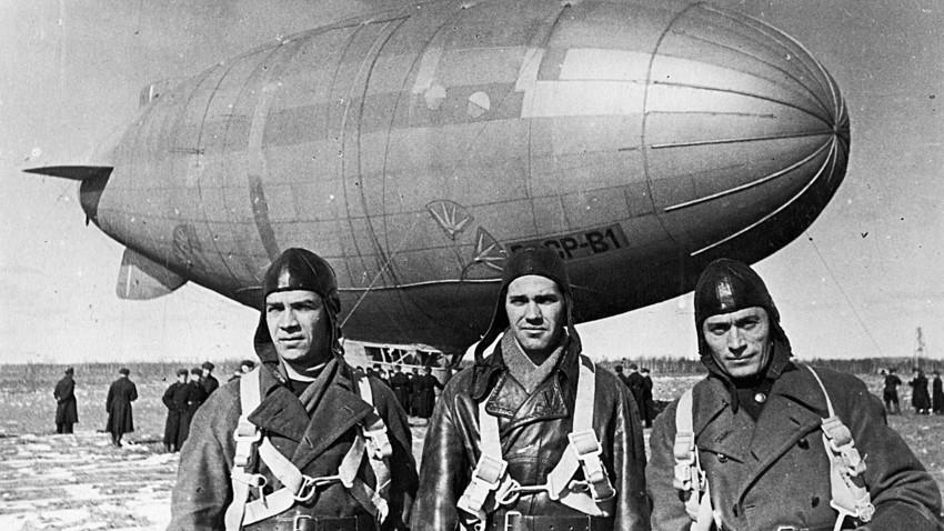 Tripulação do dirigível soviético V-1 após voo teste, em 1932