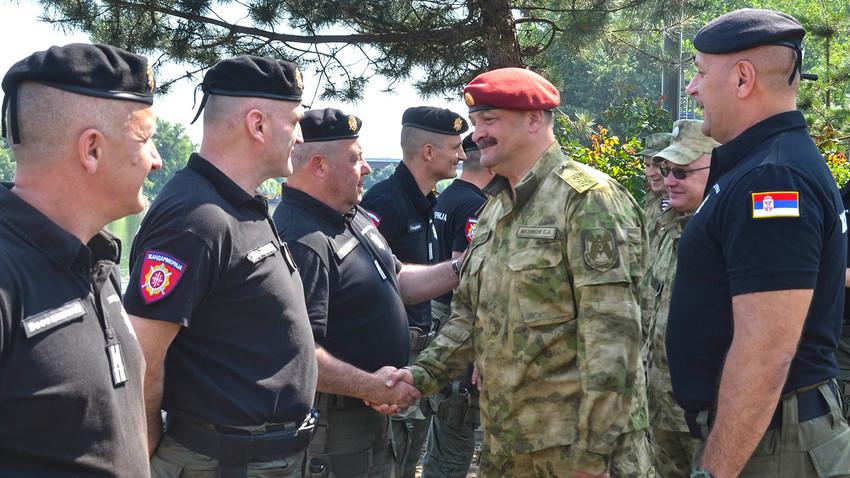 Генерал Сергеј Мелинков и пуковник Горан Драговић приликом посете Ронилачком центру Жандармерије