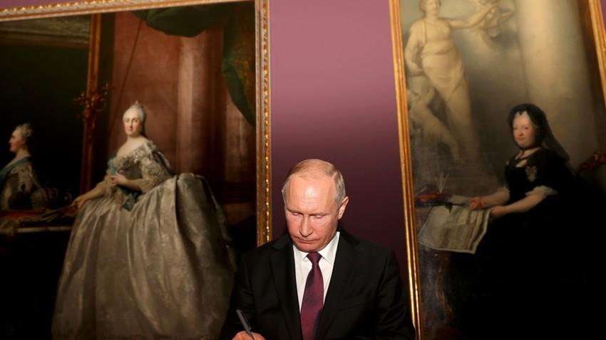 Zeit für die Schönen Künste und Katharina die Große: Russlands Präsident Wladimir Putin bei seiner jüngsten Österreichreise am 5. Juni im Kunsthistorischen Museum in Wien.