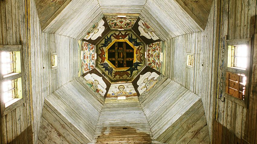 Torzhok. Chiesa dell'Icona di Tikhvin della Vergine (Antica chiesa dell'Ascensione). Veduta dell'interno della torre. 18 agosto 2006