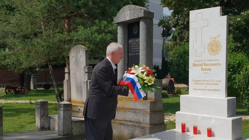 Амбасадорот на Руската Федерација во Република Македонија О.Н. Шчербак полага свежо цвеќе на гробот на генералот Н.М. Иванов