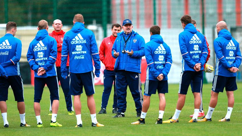 Pelatih Stanislav Cherchesov dan tim nasional saat latihan.
