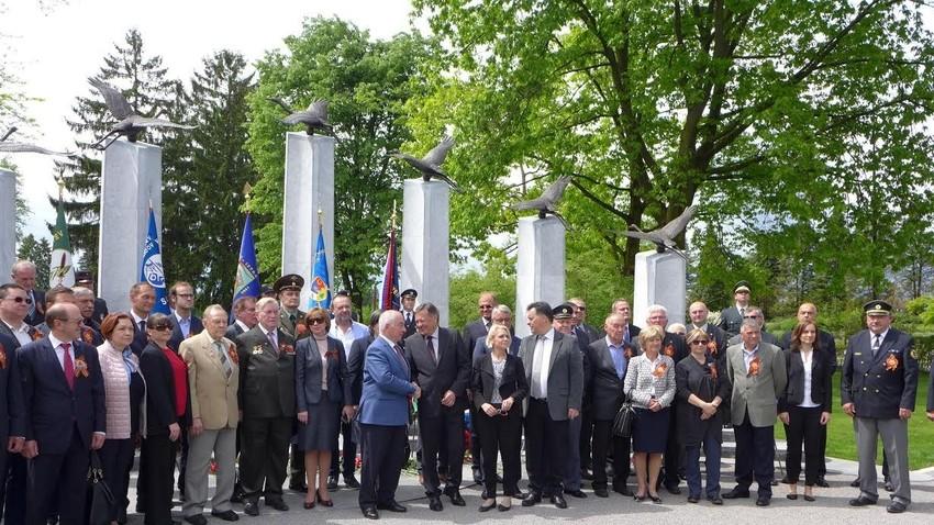 Pred spomenikom Sinovom Rusije in Sovjetske zveze, padlim na ozemlju Slovenije v obeh svetovnih vojnah.