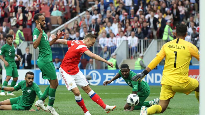 Ruski reprezentativac Denis Čerišev postiže gol u utakmici protiv Saudijske Arabije na otvaranju Svjetskog nogometnog prvenstva 14. lipnja 2018. u Moskvi,