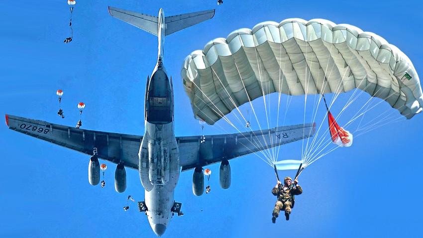 Војно-транспортни авион Ил-76 приликом падобранског десанта
