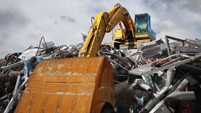 Aneka logam meresap ke dalam tanah melalui pembakaran bahan bakar fosil, limbah, dan asap knalpot.