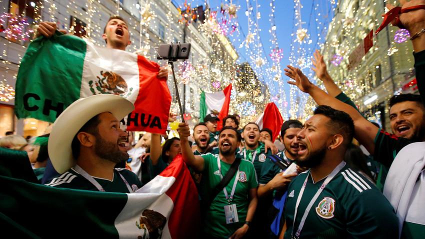 Навијачи Мексика славе победу на московским улицама
