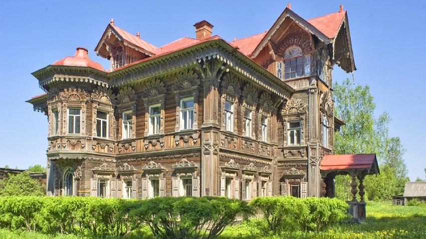 La mansión de madera de Pogorélovo: fantasía rusa en el bosque de Chujlomá