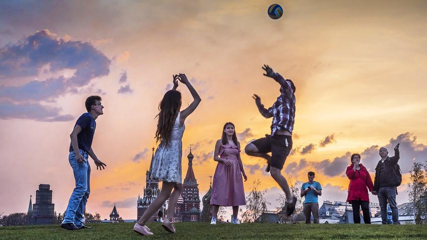 Rusija, Moskva. Ljudi igraju odbojku u blizini zidova Kremlja, park Zarjadje.