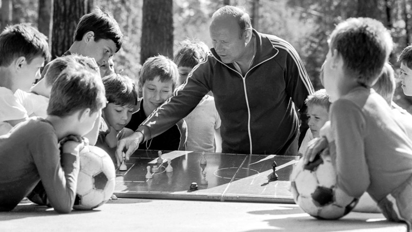 July 1, 1987. Eduard Streltsov (retired) at the studies with young players.