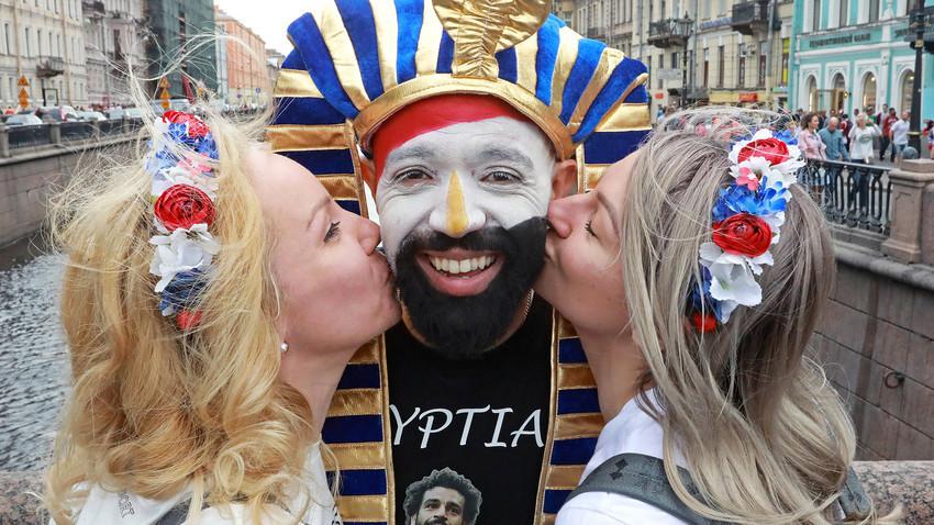Египатски и руски фудбалски навијачи позирају за фотографију на Невском проспекту у Санкт Петербургу.
