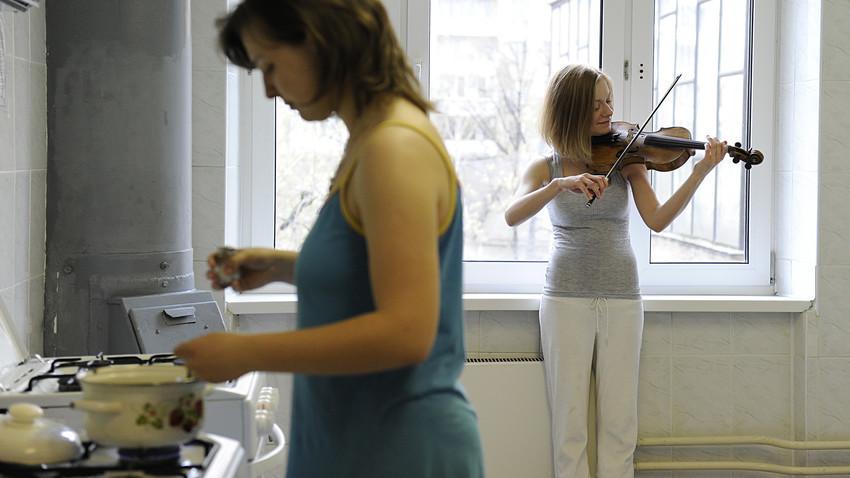 Seorang mahasiswa di Sekolah Musik Tchaikovsky Moskow berlatih di sebuah asrama.