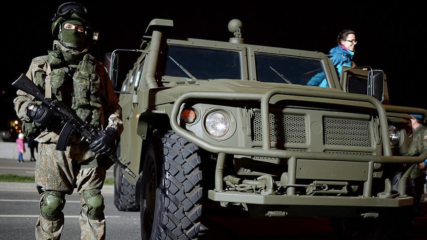 Seorang tentara berdiri di sebelah kendaraan GAZ 2330 Tigr selama Festival Tentara Rusia di Moskow.