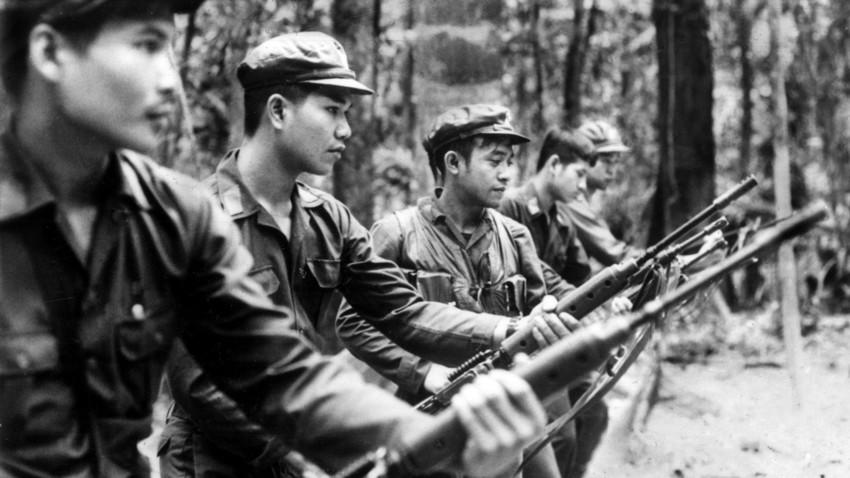 Borci Komunistične partije Tajske trenirajo pred tujimi novinarji v partijskem taboru v džungli na jugu Tajske, 16. oktober 1978.