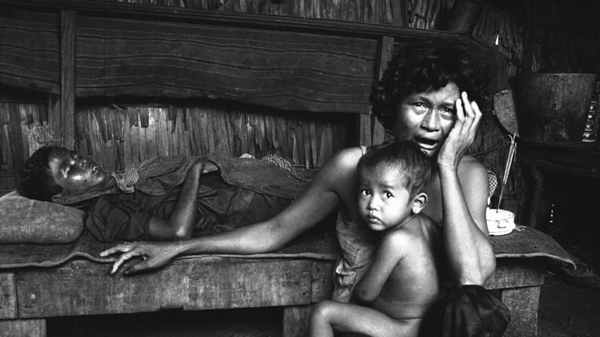 Kamboška mati joče in žaluje za svojim sinom po možnarskem napadu na zaselek v provinci Kampong Speu, 20. oktober 1974.