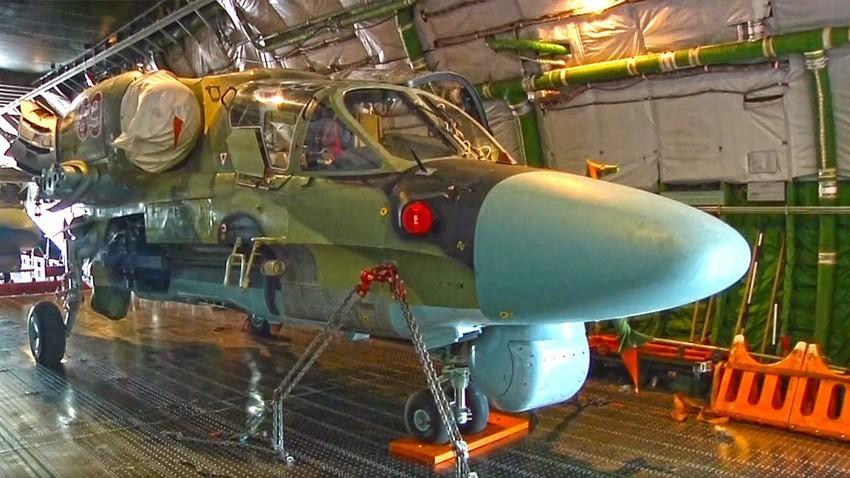 Helikopter Ka-52 v transportnem delu letala An-124 Ruslan pred vzletom